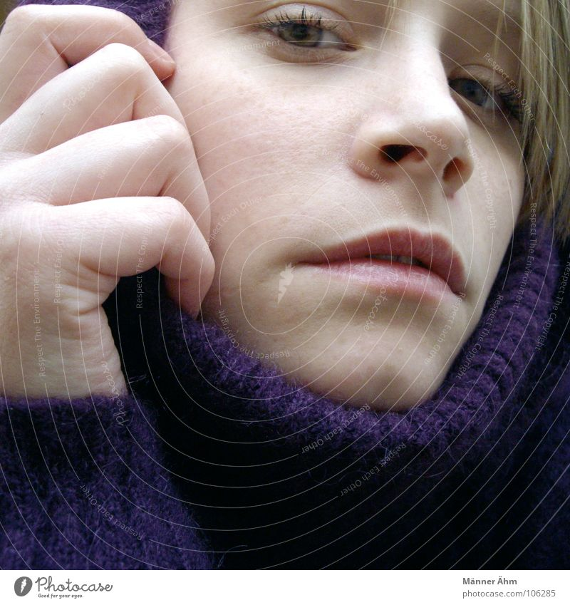 Wann wird's mal wieder richtig...Winter? Frau Hand Gesicht kalt Wärme Haare & Frisuren Regen Eis warten Bekleidung violett Physik frieren Pullover Wolle