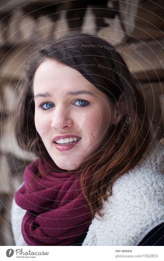 Schöner Fleck Freude schön Mensch feminin Junge Frau Jugendliche 1 18-30 Jahre Erwachsene Winter Pelzmantel Schal authentisch Freundlichkeit einzigartig