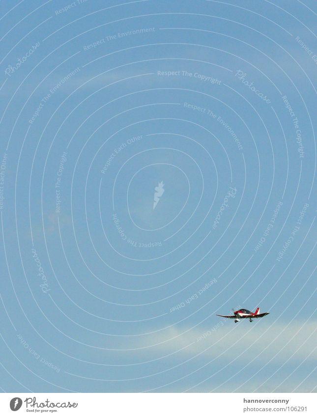 Bei Rot fliegt man raus! Flugzeug rot Flughafen Hannover-Langenhagen Wolken Luftverkehr Himmel blau Flugzeuglandung Propellermaschine