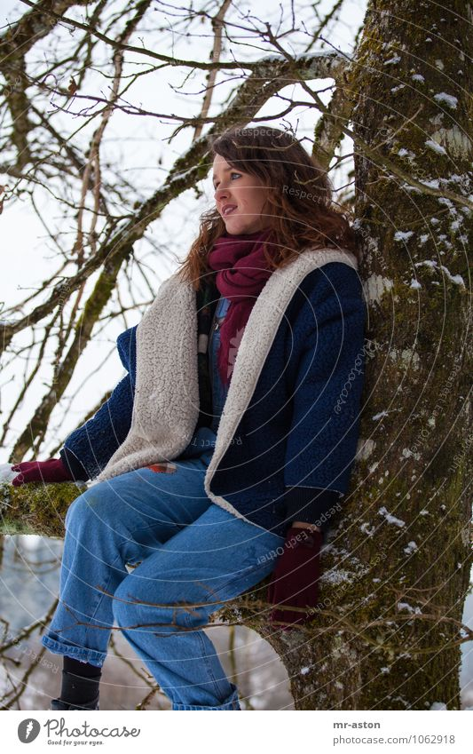 Auf einem Baum sitzen und nichts tun. exotisch Schnee Garten Mensch feminin Junge Frau Jugendliche 1 18-30 Jahre Erwachsene Winter Eis Frost Pelzmantel Schal