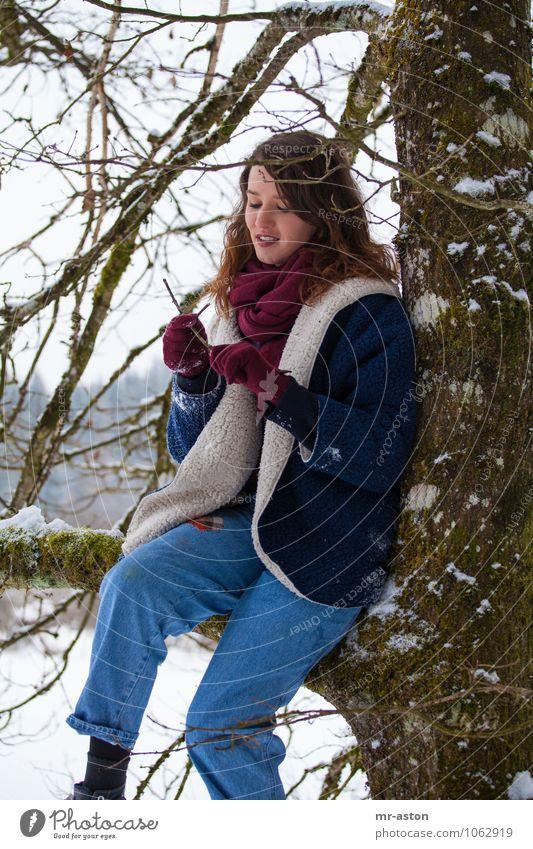 Spielen mit Stöcken Mensch feminin Junge Frau Jugendliche 1 18-30 Jahre Erwachsene Baum Ast Pelzmantel Schal Handschuhe brünett langhaarig Freude Fröhlichkeit