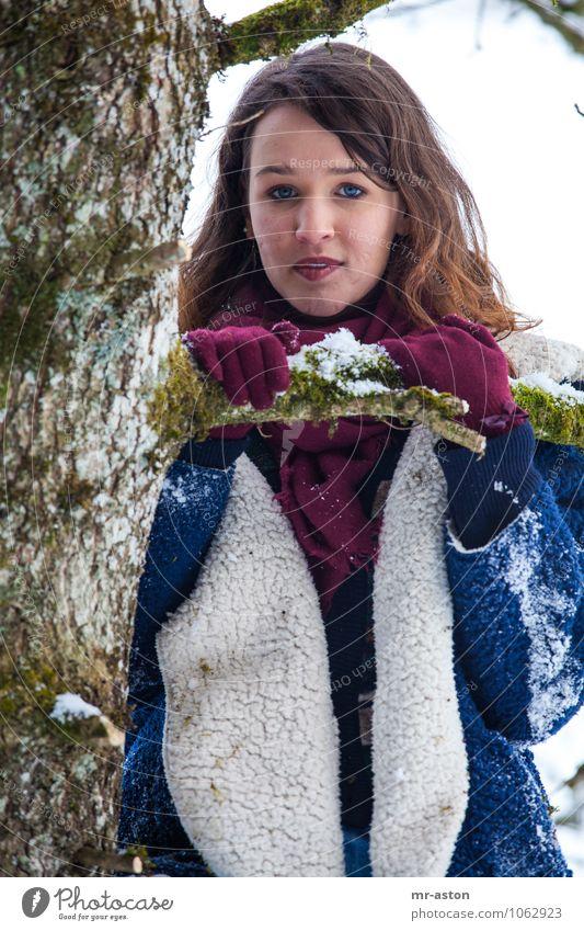 Was mache ich hier? Freude Winter Klettern Bergsteigen Mensch feminin Junge Frau Jugendliche 1 18-30 Jahre Erwachsene Pflanze Baum Pelzmantel Fell Handschuhe