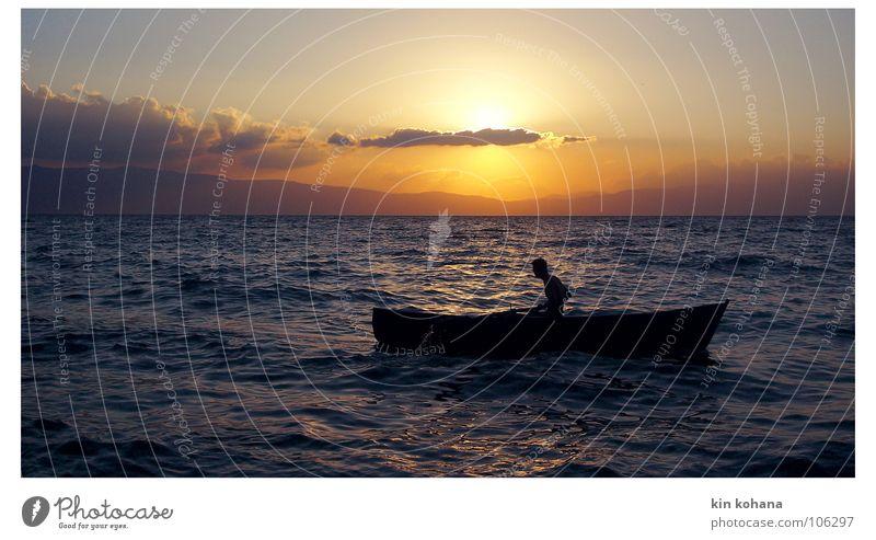 sehnsüchte Ferne Sommer Sonne Wellen Wassersport Mensch Mann Erwachsene Himmel Wolken Horizont See Bootsfahrt Fischerboot Ruderboot Wasserfahrzeug frei Kraft