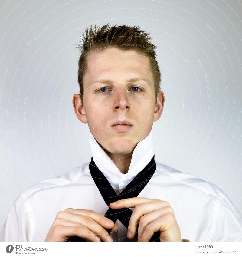 How to tie a tie - 1 Mensch Jugendliche Mann blau weiß 18-30 Jahre schwarz Erwachsene Stil grau Haare & Frisuren maskulin Business Büro elegant blond
