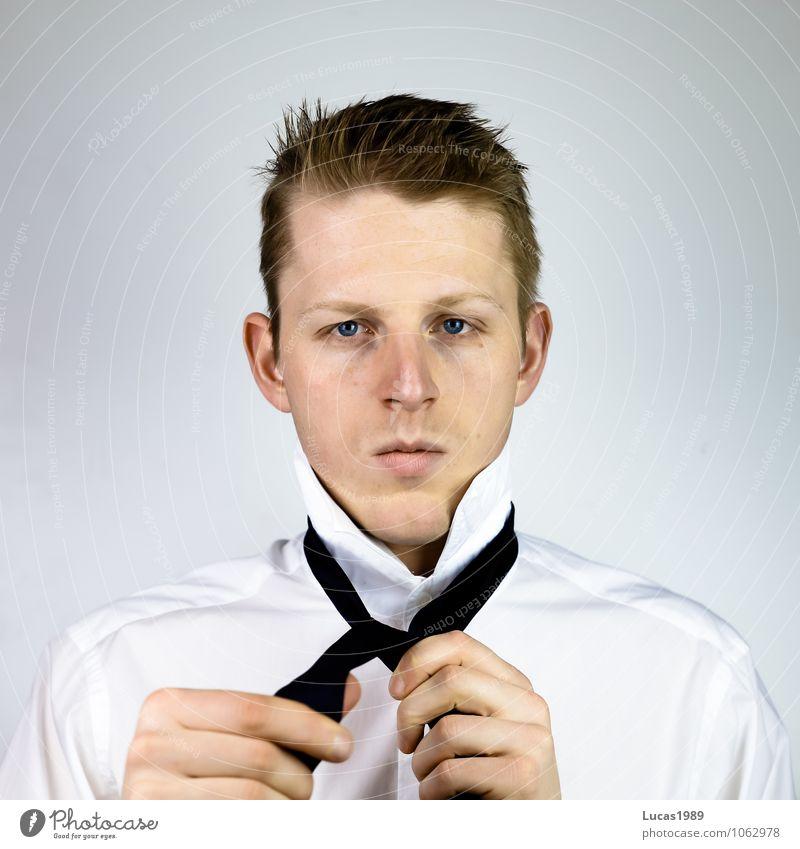 How to tie a tie -2 Mensch Jugendliche Mann Junger Mann 18-30 Jahre Erwachsene Haare & Frisuren Arbeit & Erwerbstätigkeit maskulin Business Büro blond Erfolg