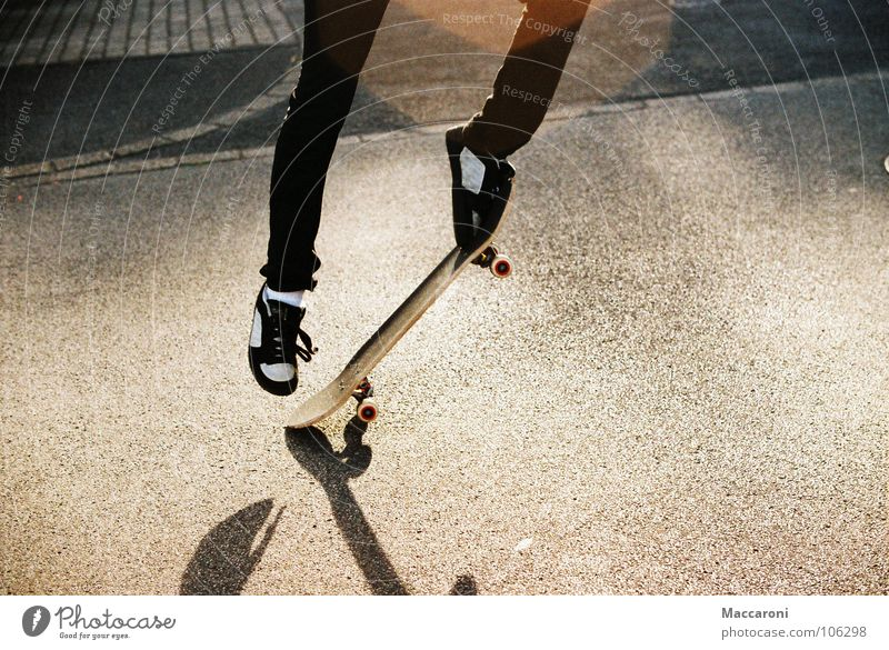 Kickflip Sommer schwarz gelb Wärme Straße Sport springen Schuhe Jugendkultur fahren Physik Ende Skateboarding Pflastersteine blenden Chucks