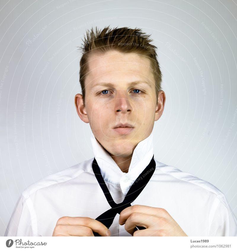 Krawatte binden Wirtschaft Handel Kapitalwirtschaft Business Karriere Mensch maskulin Junger Mann Jugendliche Erwachsene 1 18-30 Jahre Hemd Krawattenknoten