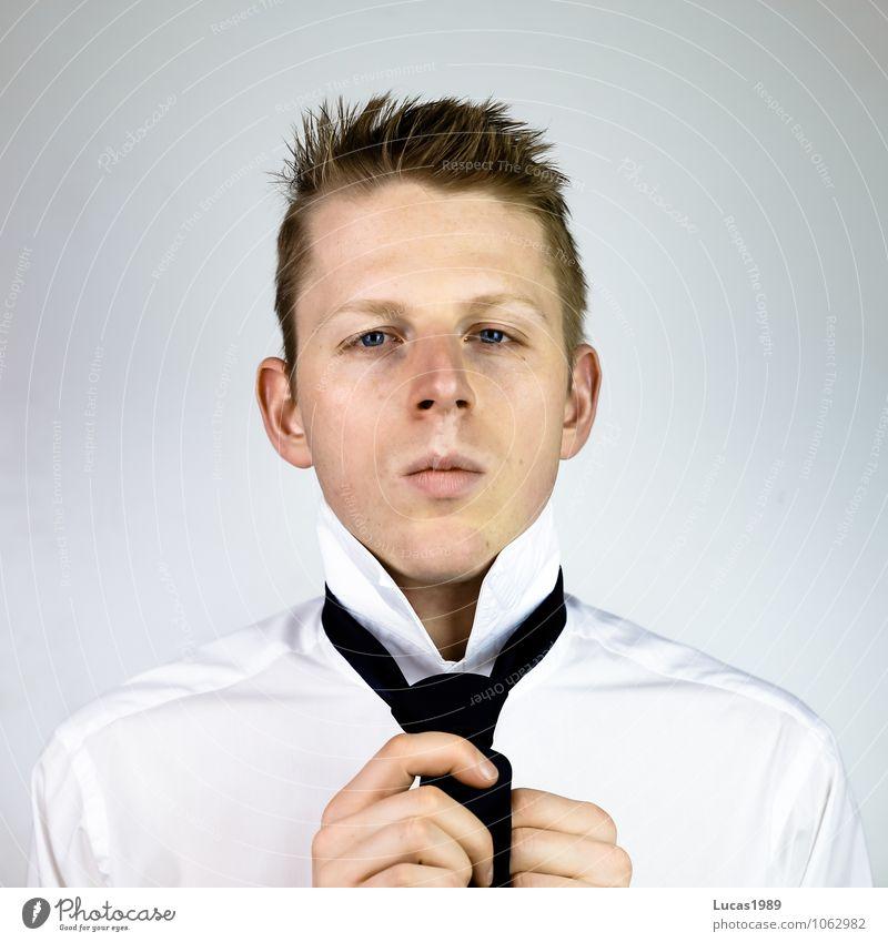 How to tie a tie - 3 Mensch Jugendliche Mann Junger Mann 18-30 Jahre Erwachsene Stil Haare & Frisuren Mode Arbeit & Erwerbstätigkeit maskulin Business Büro Kraft blond Erfolg