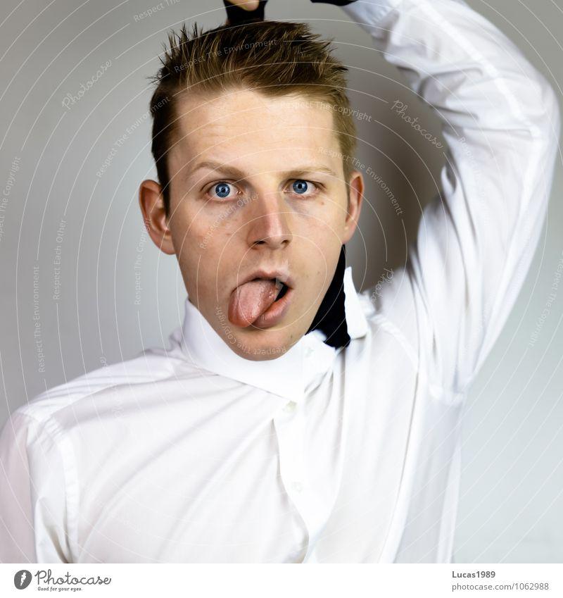 Überarbeitet? Mensch Jugendliche Mann weiß Junger Mann 18-30 Jahre Erwachsene Gefühle Haare & Frisuren maskulin blond Hemd Stress Verzweiflung Erschöpfung Zunge