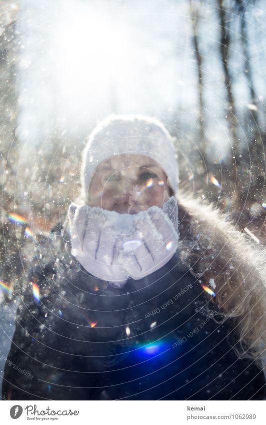Frau pustet Schnee in Richtung Kamera im Gegenlicht Winter Mensch feminin Erwachsene Leben Gesicht Finger 1 30-45 Jahre Schneefall Handschuhe Mütze blond