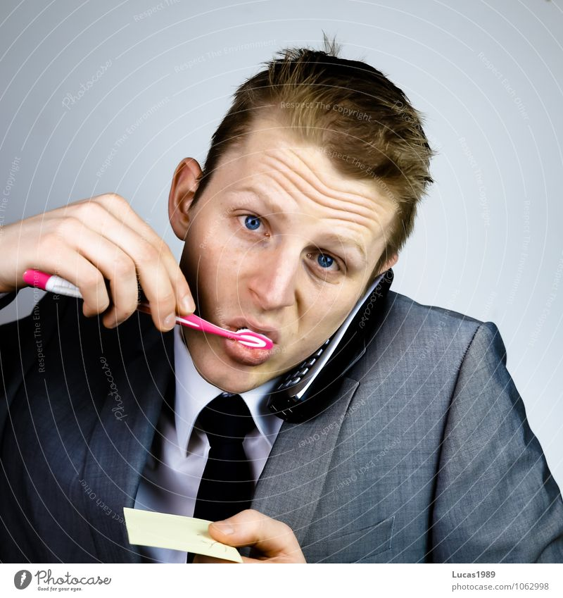 Zeitmanagement Mensch Jugendliche Mann Junger Mann 18-30 Jahre Erwachsene Haare & Frisuren maskulin Business Büro Uhr Bekleidung Kommunizieren Telefon Hemd