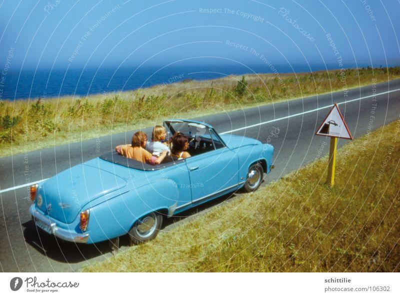 huch ... wie jetzt? Berghang Wiese Verkehr Verkehrsschild Meer grün Autofahrer grau Nostalgie Siebziger Jahre Osten zyan Gras fahren Platz Sommer Menschengruppe
