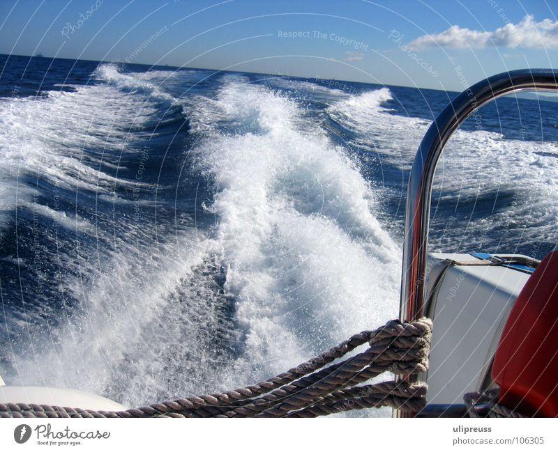 Fahrt aufnehmen Wasser Himmel weiß Meer blau rot Ferien & Urlaub & Reisen Ferne Erholung Wege & Pfade Wasserfahrzeug Wellen Geschwindigkeit Schifffahrt Schaum