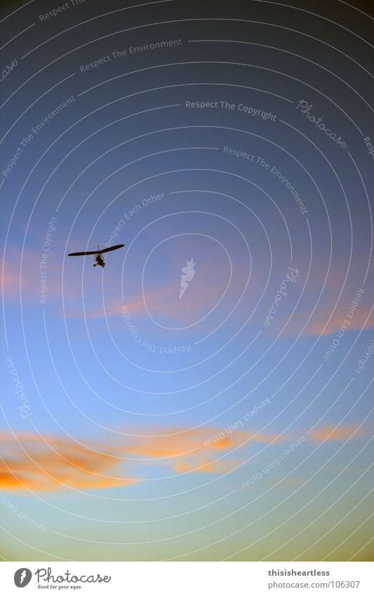 hoch hinaus Schweben Segeln Aussicht Einsamkeit Denken Helm Absturz Risiko gewagt Flucht Sonnenuntergang schwarz grün gelb rot Hochformat Spielen Farbe