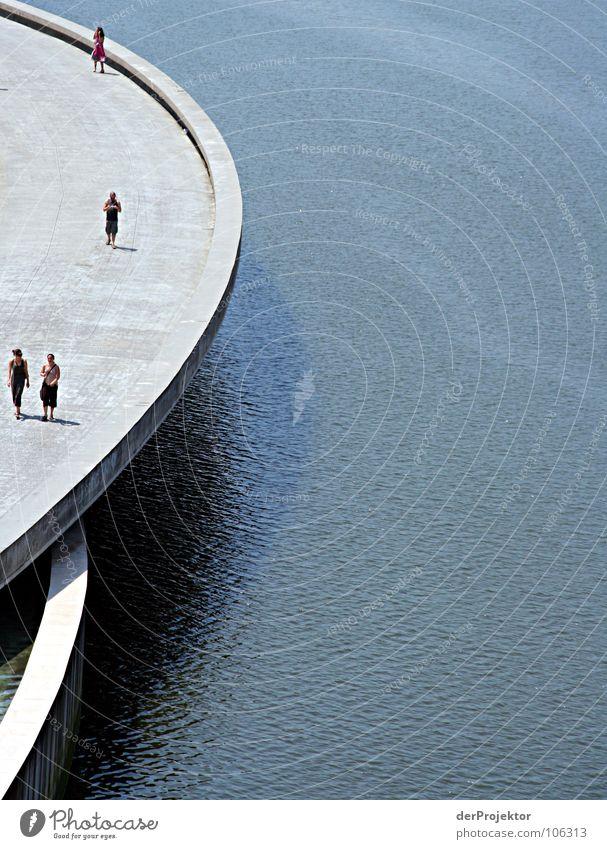 Halbe Sache Mensch Wasser blau Einsamkeit grau Linie Wellen Beton Brücke trist rund 4 Spanien Museum neutral Baskenland