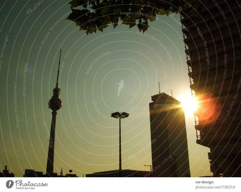 ID: 106314 Himmel weiß Sonne blau Stadt Sommer schwarz Wolken Lampe dunkel Berlin Graffiti 2 Kunst Architektur