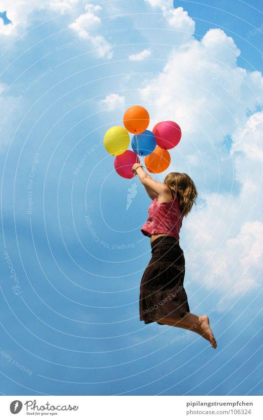 Lichtblick, so nah und doch so fern... Mädchen Himmel Freude Wolken Kind träumen Wege & Pfade Wind fliegen Beginn hoch Luftballon Abschied Blauer Himmel mehrfarbig
