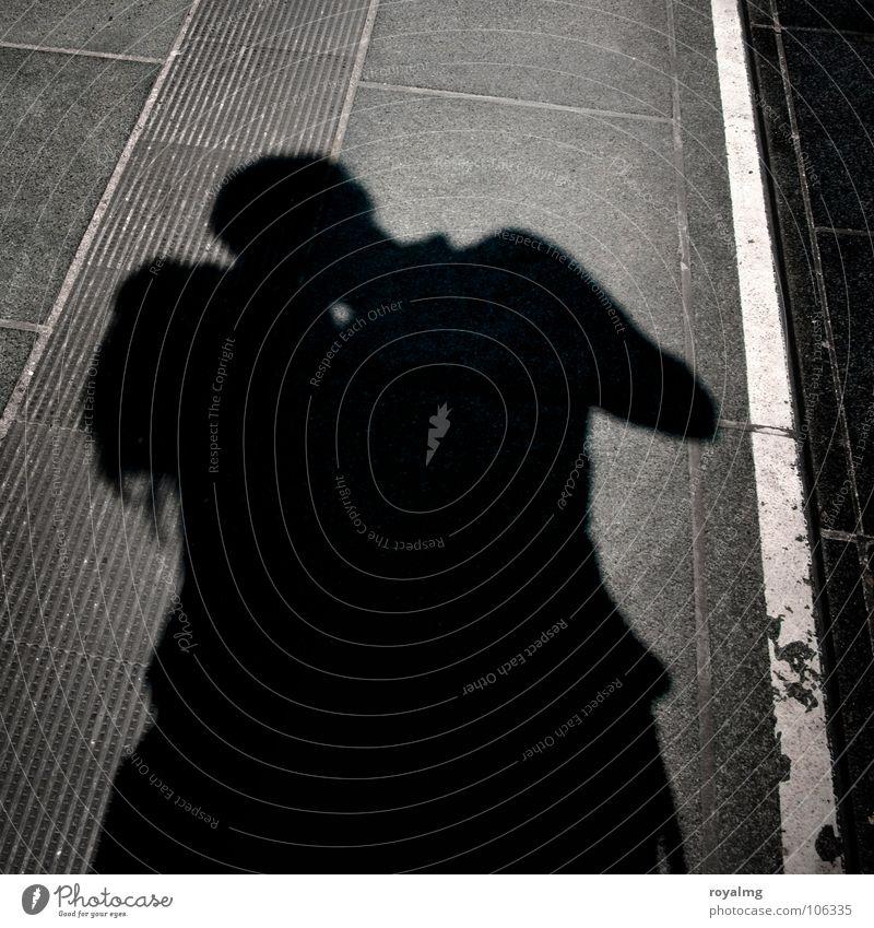 kisses Mann Frau schwarz weiß Schatten Linie Küssen Haare & Frisuren langhaarig Sommer Sonne Liebe Strukturen & Formen Bodenbelag Straße Leidenschaft Umarmen
