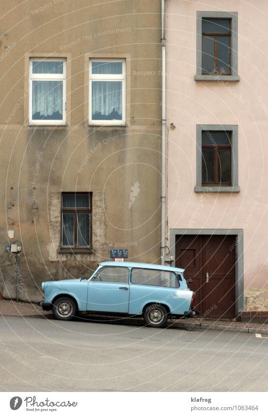 Ostdeutsche Farbenspiele Wohnung Haus Bundesadler Stadt Mauer Wand Fassade Fenster Tür Dachrinne Autofahren Straße Fahrzeug PKW Trabbi alt Armut dreckig blau