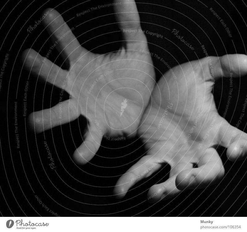 Karate!!? (kame-hame-haaa) Hand weiß schwarz dunkel Angst außergewöhnlich gefährlich Finger leer bedrohlich Wunsch fangen Zauberei u. Magie Panik Daumen Begierde