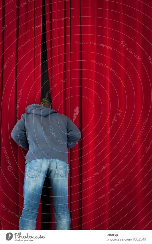 Mann schaut neugierig hinter Vorhang. Entertainment Veranstaltung Bühne Theater Mensch maskulin Junger Mann Jugendliche 1 Kultur Samt Blick stehen rot Vorfreude