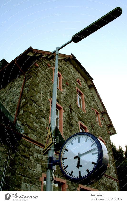 viertel Sieben Bahnhof Gebäude Steinwand Gemäuer warten Uhr Uhrenzeiger Zeit blau Laterne Verzug Verspätung konservativ Postmoderne Fassade alt Tag warum