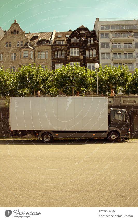 Catwalk: Ladestation Rhein Promenade Lastwagen entladen Fußgänger Asphalt Baum Reihenhaus Laterne Ware grün zyan beige braun Fenster Haus Düsseldorf