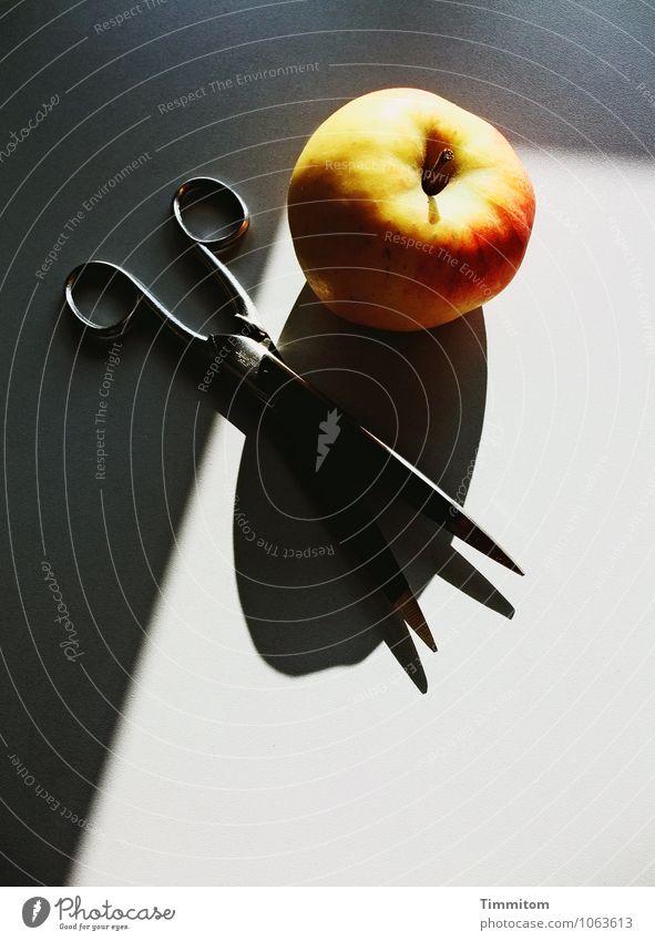 Bisschen Farbe. Apfel Büroarbeit Arbeitsplatz Schere Metall liegen ästhetisch einfach gelb grau rot schwarz Gefühle Design Schatten Strukturen & Formen Spitze