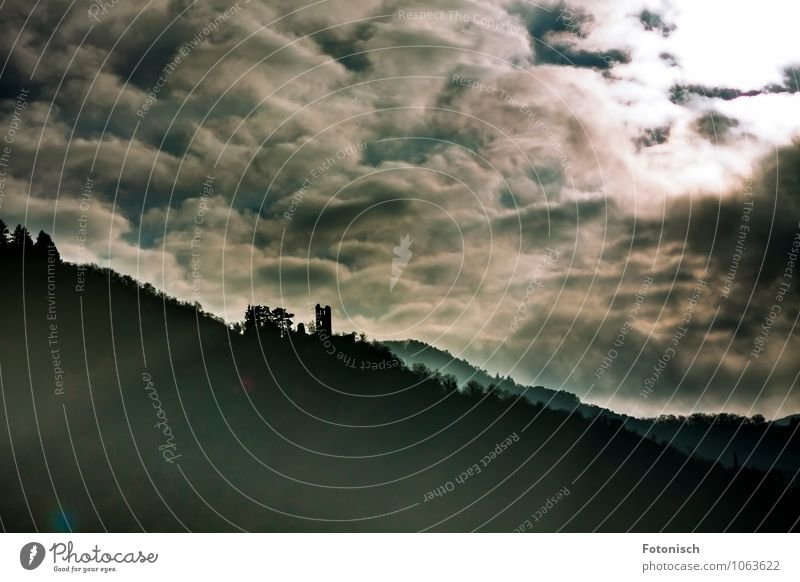 Dunkle Wolken Landschaft Himmel Gewitterwolken schlechtes Wetter Unwetter Berge u. Gebirge Sehenswürdigkeit Denkmal Ruine Grevenburg dunkel gruselig schwarz