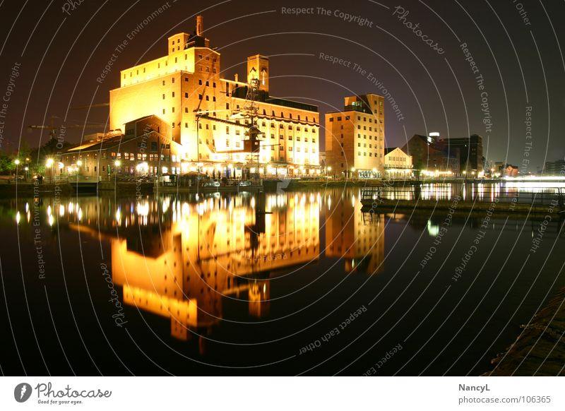 Innenhafen Duisburg Hafen Nachtaufnahme Gebäude Diebels Beleuchtung Aussicht