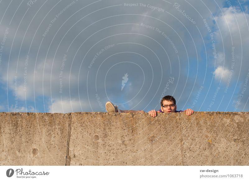 Hürden überwinden Klettern Bergsteigen Mensch maskulin Junger Mann Jugendliche Erwachsene Leben Kopf Hand Fuß 1 30-45 Jahre Mauer Wand festhalten Blick
