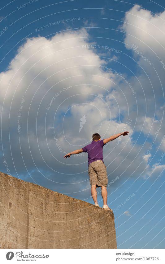 Balanceakt Mensch Jugendliche Mann Erholung Junger Mann Freude 18-30 Jahre Erwachsene Leben Wand Stil Sport Mauer Lifestyle maskulin Freizeit & Hobby