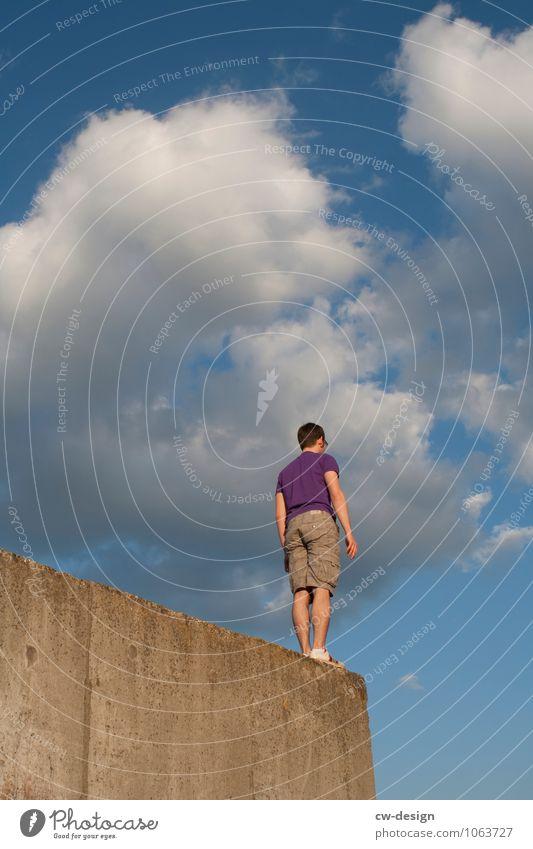 Ganz oben und ganz vorn Mensch maskulin Junger Mann Jugendliche Erwachsene 1 18-30 Jahre 30-45 Jahre Ruine Mauer Wand Fassade beobachten Erholung gehen Blick