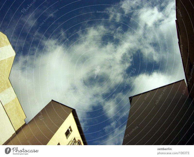 Wolkenkuckucksheim Himmel Sommer Haus Wolken Mitte Hinterhof Plattenbau Stadthaus