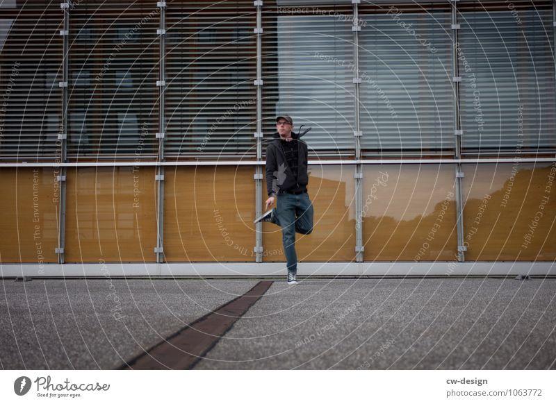 995 Freudensprünge Mensch Jugendliche Mann Junger Mann 18-30 Jahre Erwachsene Leben Gefühle Stil Lifestyle Spielen Glück Freiheit Fassade Design