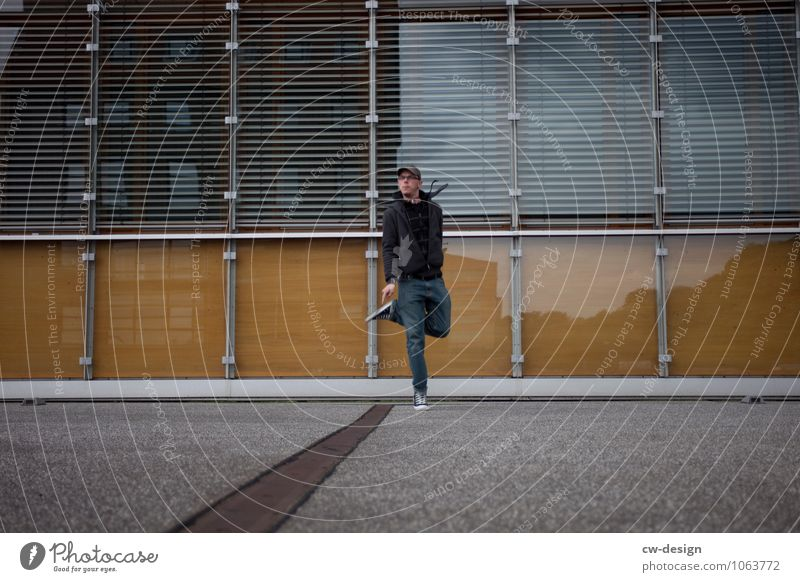 995 Freudensprünge Mensch Jugendliche Mann Junger Mann Freude 18-30 Jahre Erwachsene Leben Gefühle Stil Lifestyle Spielen Glück Freiheit Fassade Design