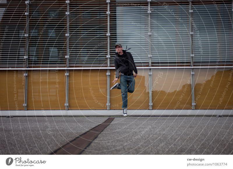 992 Freudensprünge Mensch Jugendliche Mann Junger Mann Erwachsene Wand Leben Gefühle Stil Lifestyle Spielen Mauer Freiheit Fassade springen