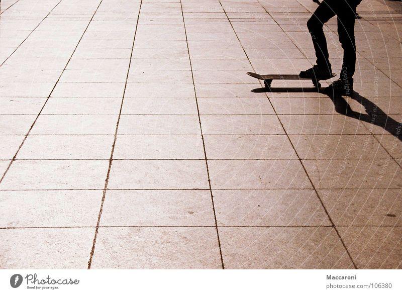 Startbereit Mensch schwarz Wärme Sport Spielen Beine Schuhe warten stehen Beginn fahren sportlich Physik Skateboarding Anschnitt Köln