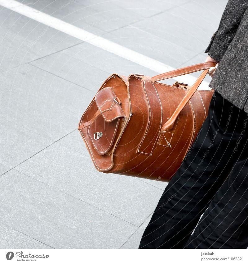 Schräg stehen wegen zu schwerer Reisetasche. Mann Ferien & Urlaub & Reisen braun Verkehr festhalten Quadrat Flughafen Bahnhof Leder Tasche Koffer Griff