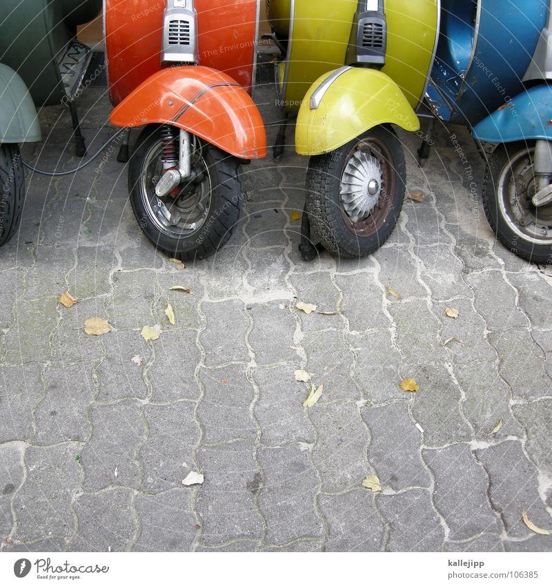 50+ Kleinmotorrad Schwalben Motorrad Benzin fahren Rad Blech Schutzblech Radkappe rot gelb grün Bürgersteig Stadt Oldtimer Vergangenheit Fünfziger Jahre