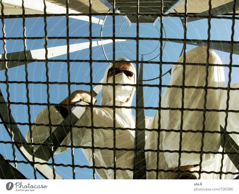 hinter gittern Kerl Aktion Anzug weiß Sicherheit Schutzanzug Arbeitsbekleidung Pentium Arbeitsschuhe Stahlkappe Maske Schutzmaske Atemschutzmaske Parkplatz
