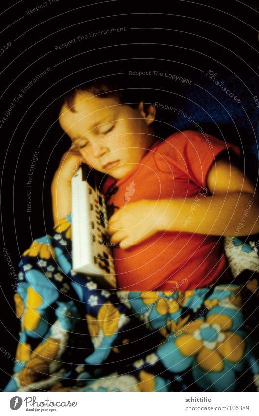 schlaf Kindchen schlaf ... schlafen Schlafsack T-Shirt rot Blume Mädchen träumen hören Vertrauen Kleinkind Konzert Musik Klang Tastatur blau berühren Frieden
