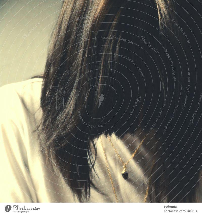 Hair Mensch Frau Natur Einsamkeit Gesicht Gefühle Haare & Frisuren Kopf Denken hell Mund erleuchten verstecken brünett Kette Pony