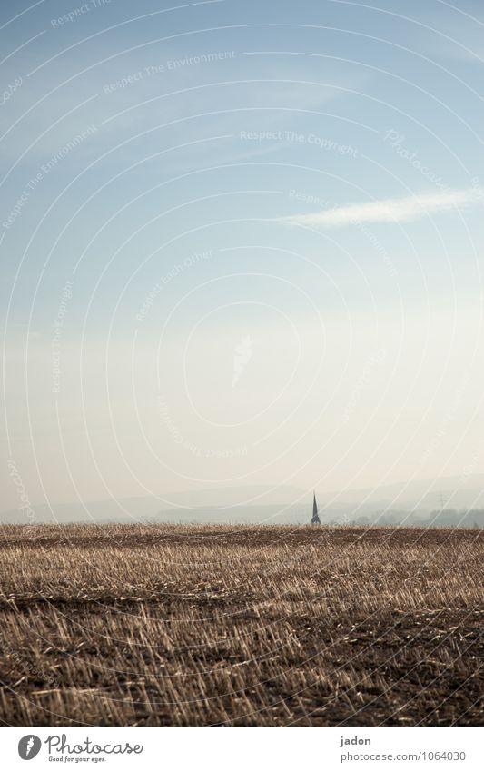 abschied nehmen. Natur blau Einsamkeit Landschaft Umwelt Frühling Wege & Pfade Gebäude Religion & Glaube Feld Erde Schilder & Markierungen Perspektive Kirche
