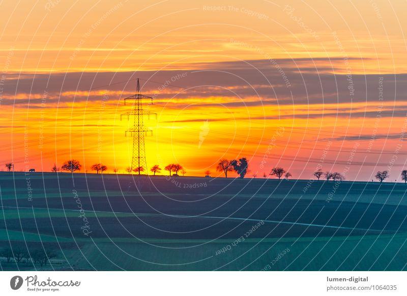 Landschaft mit Strommast Energiewirtschaft Wolken Horizont Sonnenaufgang Sonnenuntergang Baum Feld grün rot Baumreihe energie golden orange Beleuchtung