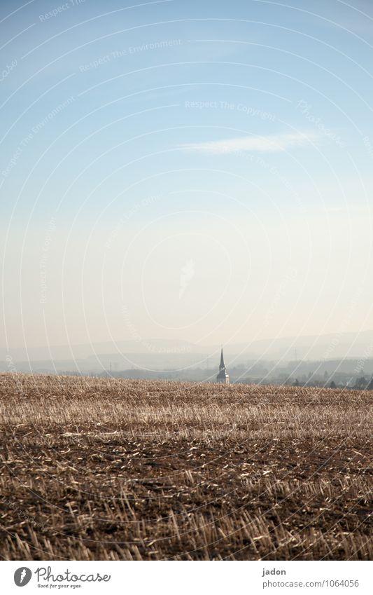 nach hause finden. Sightseeing Umwelt Natur Landschaft Horizont Frühling Nutzpflanze Feld Kirche Schilder & Markierungen trist blau friedlich Gelassenheit