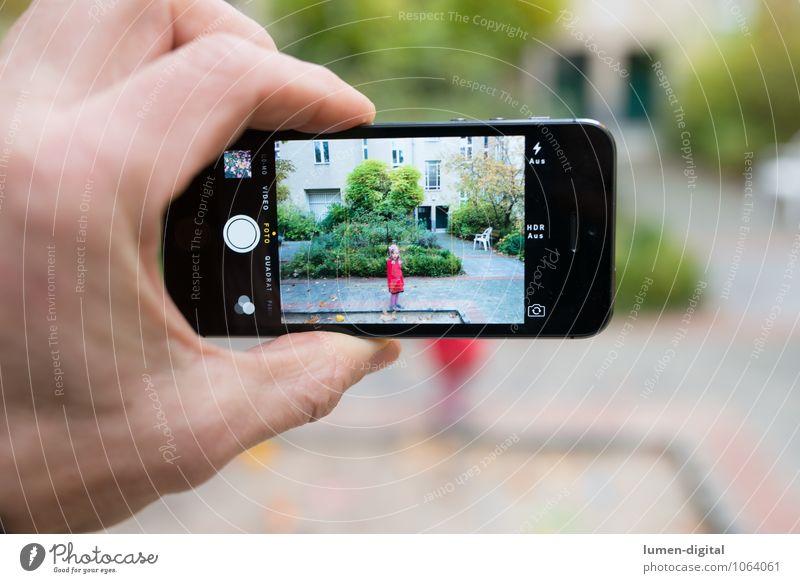 Hand mit Smartphone Mensch Kind Mädchen Herbst Familie & Verwandtschaft modern Fotografie Telekommunikation schreiben Internet Fotokamera Bild Handy