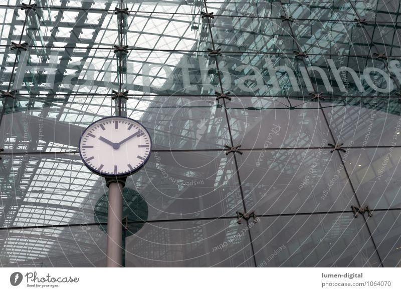 Uhr am Berliner Hauptbahnhof Deutschland Europa Bahnhof Fassade Verkehr Bahnfahren Eisenbahn Ferien & Urlaub & Reisen Pünktlichkeit ausschnitt glas Glasfassade