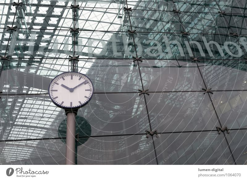 Uhr am Berliner Hauptbahnhof Ferien & Urlaub & Reisen Zeit Deutschland Fassade Verkehr Europa Eisenbahn fahren Konstruktion Bahnhof Station Glasfassade