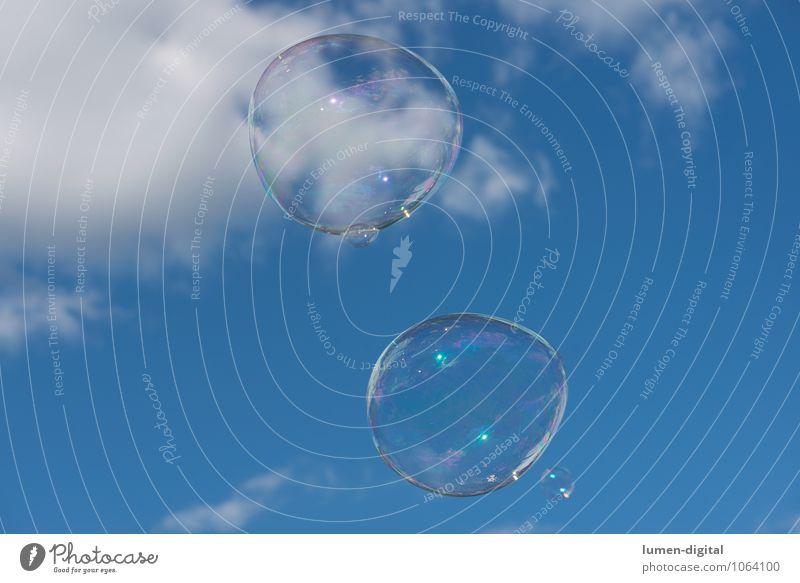 Seifenblasen Himmel Wolken groß blau weiß aufgeblasen fliegen illusion durchsichtig schillernd bunt Sommer Farbfoto Außenaufnahme Tag